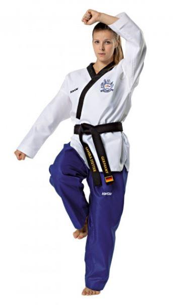 KWON Poomsae Taekwondo dobok - Dame - WT - KWON Poomsae Taekwondo dobok - Dame - WTF Poomsae Dan fra 1. til 6. Dan. Dragten er lavet af 55% bomuld og 45% polyester. Materialet er åndbart, men stadig forholdsvis stiv. Dragten består af en åben jakke (Y-cut) og bukser med elastik snøre. Leveres uden