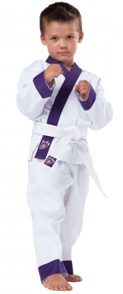 Børne gi / dobok Hvid/Violet - Ideel dragt til unge kampsportkunstnere.Jakke med velcro lukninggiver en behagelig pasform.Bukser med elastisk linning.Broderet DRACHENKRALLE-badge neders på jakken og bæltet.Revers, ende af ærmer og ende af bukseben er farvet. Materiale: 65% bomul