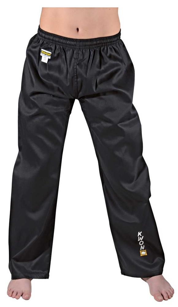 KWON Kampsportsbukser - Sort - 6.5 oz. - KWON Kampsportsbukser - Sort - 6.5 oz Let kampsportsbukser i etmateriale med elastik i taljen og ekstra snor. Ideel til kickboxing, taekwondo og sportskumite i farverne hvid og sort. Materiale: 35% bomuld / 65% polyester Farver: Sort