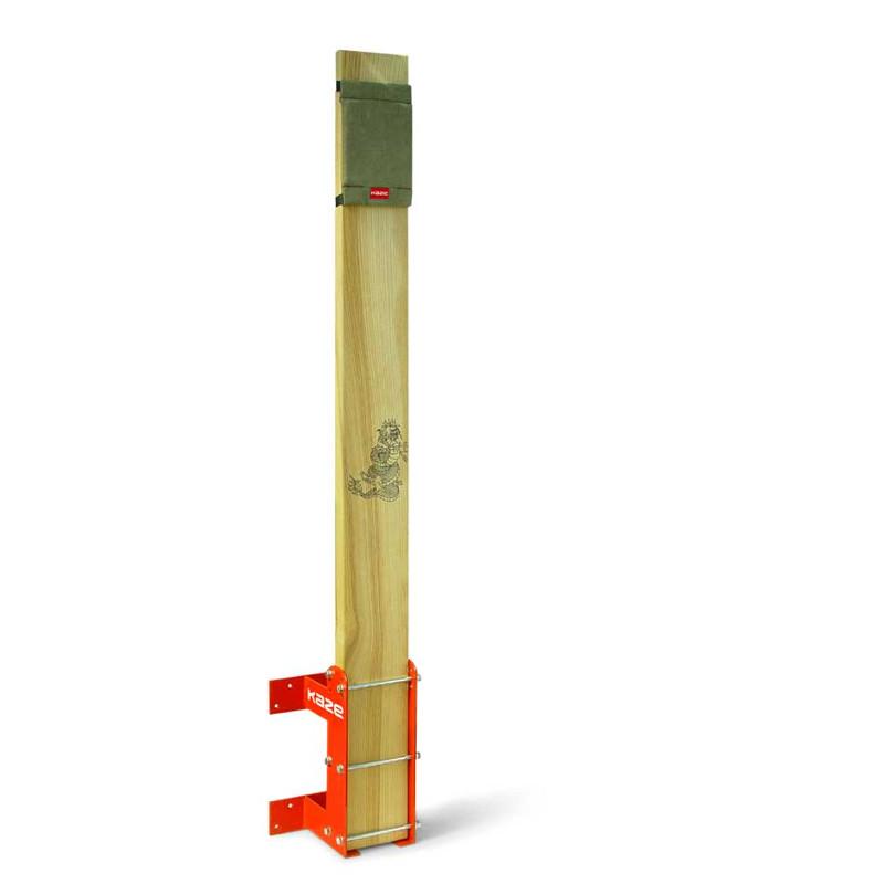KAZE Makiwara - 140 cm - Gulv eller vægmonteret - KAZE Makiwara - 140 cm - Gulv eller vægmonteret Virkelig flot Makiwara lavet af asketræ. Holderen er lavet af svejset stålplade og lakeret rød/orange. Makiwaraen har en højde på 140 cm med en flytbar slagflade i groft lærred. Brættet bliver tyndere i top