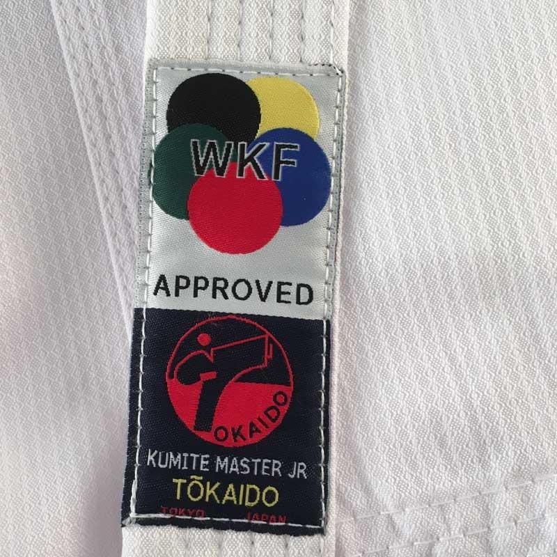 TOKAIDO KUMITE MASTER JUNIOR Karate gi - 5 oz - WKF - TOKAIDO KUMITE MASTER JUNIOR Karate gi - 5 oz - WKF Ægte kumitegi i 80% polyester. Den perfekte begyndergi til sportskarate Med mesh indlæg under armene for bedre ventilation. WKF-Approved Materiale: 80% polyester Fås i størrelse 120-170cm (Leveres uden b