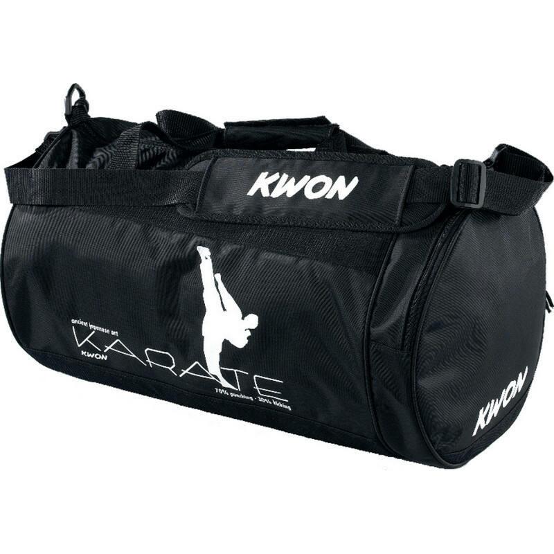 Lille sportstaske fra KWON med kampstiltryk - Lille sportstaske fra KWON med kampstiltryk Fremstillet af holdbart høj kvalitet Nylon materiale Med skulderrem og ekstra lynlås sidelomme Mål ca. 48 x 24cm