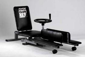 Benstrækker-maskine - Benstrækker-maskine Benstrækker i robust metalkonstruktion. Trinløs variabel roterende mekanisk enhed med en aftagelig, hjulformet håndsving. Det store og komfortable ryglæn er individuelt justerbare, med Kwon Club logo. Blød polstring på alle kontakt omr