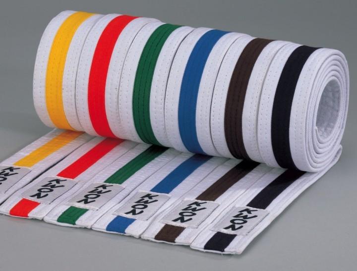 Monbælte 4 cm - Hvid med farvet streg - Kvalitets bælte i 100% bomuld. Ca 40mm bredt. Fåes i følgende farver (allebælter i hvid med farvetstribe i midten) Fåes i længde 200cm-320cm GulOrangeGrønBlåBrunSort Budoland fremstiller også special bælter. kontakt os på mail hvis du mangler et special