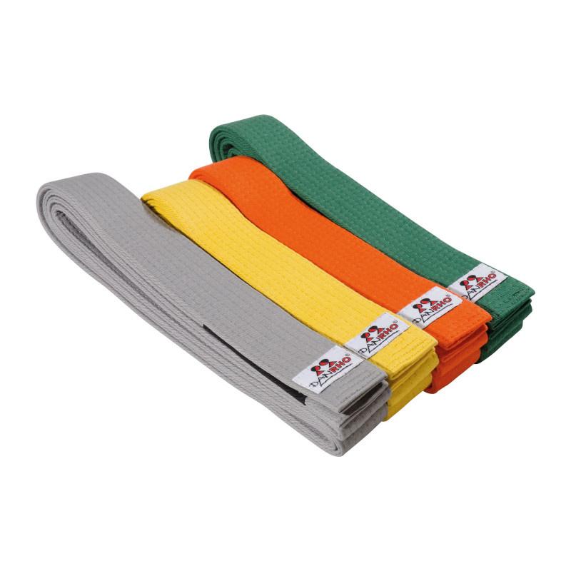Brasilian Jiu-Jitsu Børnebælte med sort streg - IBJJF - Brasilian Ju-Jutsu Børnebælte med sort streg Danrhos bælte til Brasilian Ju-Justsu er produceret med den sædvanlige bomuld af høj kvalitet og supplerer dit BJJ udstyr.BJJ-bælter har een bred sort streg i den ene ende. Farve: grå gul orange grøn Størrels