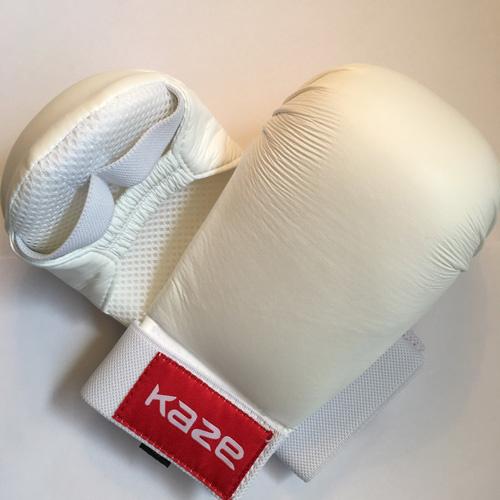 KAZE Hvid kamphandske til Shobu ippon - KAZE Hvid kamphandske til Shobu ippon Hvide kvalitets handsker fra Kaze - kan bruges til feks. shobu ippon Professionel hånd beskyttere lavet af kunstlæder.EU-produkt